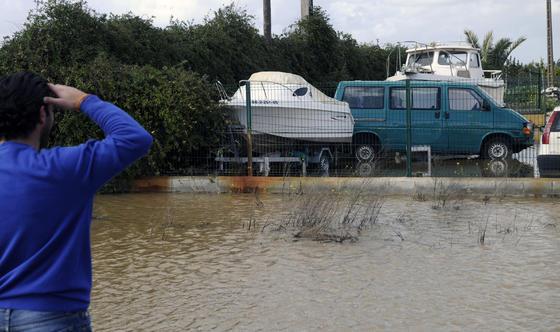 Un vecino mira hacía una zona de estacionamiento de vehículos anegada por el agua.  Foto: Juan Carlos Vázquez