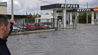 El agua ha llegado a la gasolinera del pueblo.  Foto: Juan Carlos Vázquez