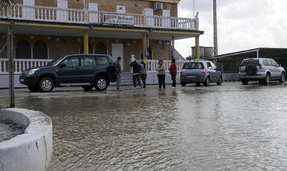 El agua, procedente del pantano el Gergal, ha inundado la mayoría de calles del pueblo.  Foto: Juan Carlos Vázquez