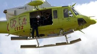 Una mujer es evacuada en helicóptero en Alhaurín de la Torre.  Foto: Migue Fernández, Sergio Camacho, Agencias