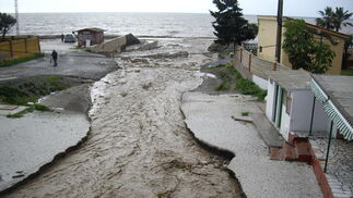 Desbordamiento de la desembocadura del arroyo Granadillo.  Foto: Migue Fernández, Sergio Camacho, Agencias
