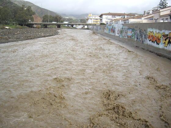 Desbordamiento del arroyo Totalán en su desembocadura.  Foto: Migue Fernández, Sergio Camacho, Agencias
