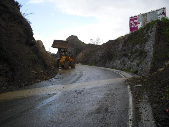 Desprendimientos en el camino de Colmenar por las lluvias.  Foto: Migue Fernández, Sergio Camacho, Agencias