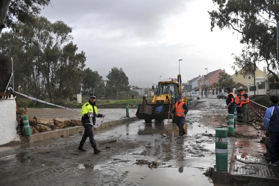El río Guadaiza, desbordado en Marbella.  Foto: Migue Fernández, Sergio Camacho, Agencias
