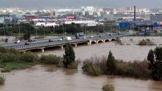 El río Guadalhorce, desbordado en Málaga.  Foto: Migue Fernández, Sergio Camacho, Agencias