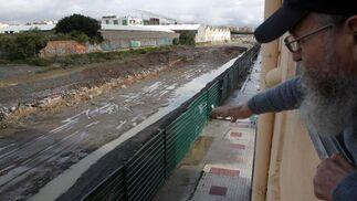 Un vecino de la barriada de Dos Hermanas muestra el estado de las obras de soterramiento de las vías del tren.  Foto: Migue Fernández, Sergio Camacho, Agencias