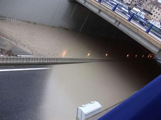 Paso subterráneo cerrado al tráfico en Manilva.  Foto: Agencias