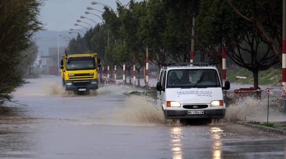 Dos vehículos circulan por un anegado Polígono Guadalhorce.  Foto: Migue Fernández, Sergio Camacho, Agencias