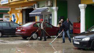 Vecinos y comerciantes se afanaron en limpiar casas y locales.  Foto: Agencias