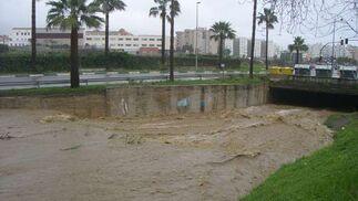 Las lluvias obligaron a cortar varias carreteras y pasos subterráneos.  Foto: Agencias
