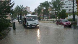 En pocos minutos, las calles de Estepona quedaron anegadas.  Foto: Agencias