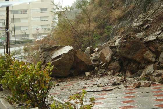La lluvia y el viento también provocaron desprendimientos, aunque apenas provocaron daños materiales.   Foto: Agencias