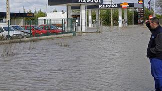 Un vecino de La Algaba divisa una zona próxima a una gasolinera totalmente anegada.  Foto: Juan Carlos Vázquez