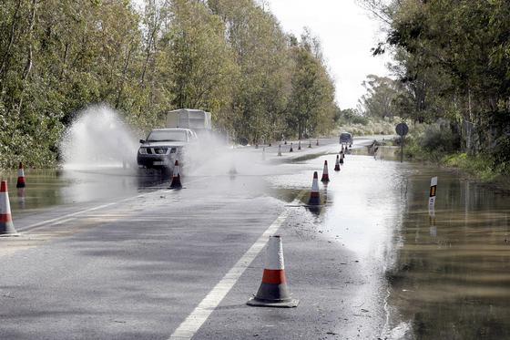 La carretera Mazagón-Matalascañas, anegada por las lluvias.  Foto: Begoña Mora