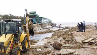 Un tractor remueve arenas en El Rompido.  Foto: Felipe Escobar
