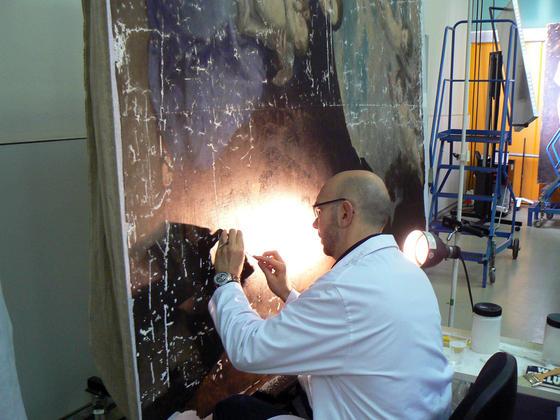 Un técnico del IAPH concentrado mientras trabaja en una tabla.  Foto: Ruesga Bono