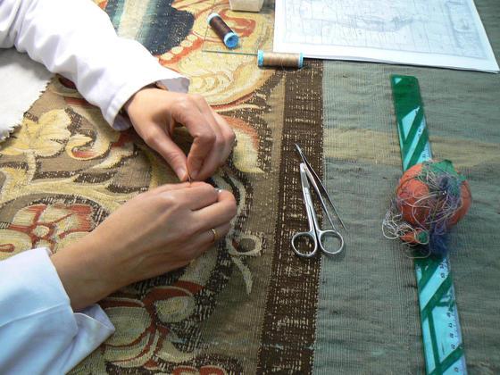 Imagen de un tapiz que está siendo restaurado.  Foto: Ruesga Bono