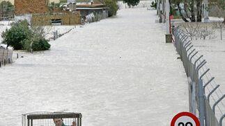 Un vecino de Las Pachecas impovisa una lancha para trasladar jaulas de pavos.  Foto: Pascual