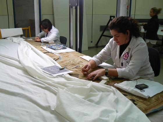 Trabajadoras del taller textil restaurando un tapiz.  Foto: Ruesga Bono