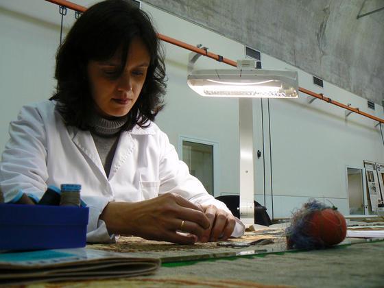 Una restauradora del IAPH en el taller textil.  Foto: Ruesga Bono