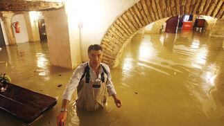 """El agua superó el metro en la venta """"La Caruja"""".  Foto: Pascual"""