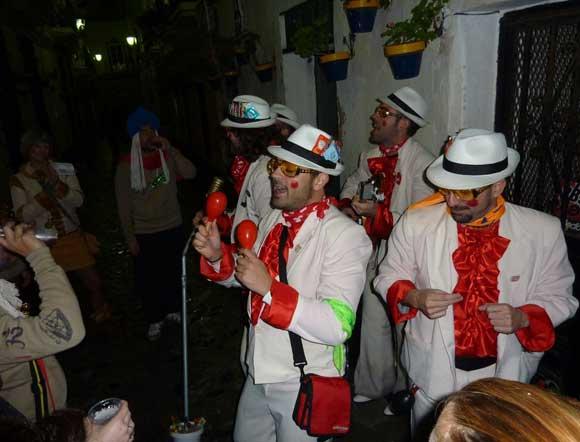 El primer día de Cuaresma encuentra a Cádiz en la calle disfrutando de las coplas de las agrupaciones callejeras  Foto: Jesus Marin / Lourdes de Vicente