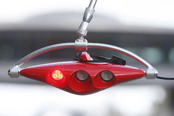 Detalle del semáforo que usa Ferrari para dar salida al coche después de realizar cualquier cambio en boxes.   Foto: Juan Carlos Toro
