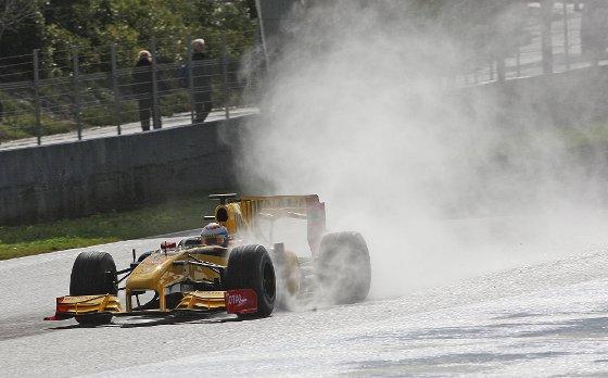 El piloto ruso de Renault, Vitaly Petrov, a los mandos de su monoplaza  Foto: Juan Carlos Toro