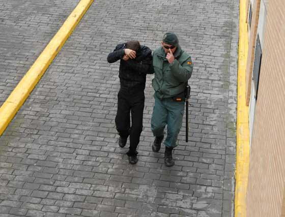 Los detenidos en la operación contra la explotación sexual llegando a los juzgados de Chiclana  Foto: Paco Periñan