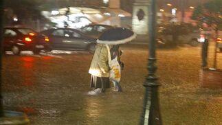 Una tormenta inunda el casco histórico. La parte más afectada fue la Plaza de San Juan de Dios y Canalejas  Foto: Julio Gonzalez/Lourdes de Vicende/Joaquin Pino/Jose Braza