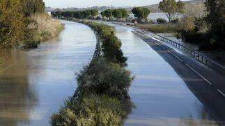Autopista Cádiz-Sevilla (Ap-4) totalmente anegada en su tramo más cercano a Cádiz  Foto: Paco Periñan / Aguilar / Borja Benjumeda / Pascual/ JC Toro / Efe