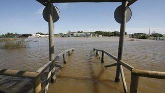 Pasarela de las Tres Piedras en Chipiona inundada  Foto: Paco Periñan / Aguilar / Borja Benjumeda / Pascual/ JC Toro / Efe