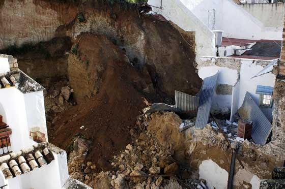 Estado en el que ha quedado un edificio de Arcos a consecuencia del temporal  Foto: Paco Periñan / Aguilar / Borja Benjumeda / Pascual/ JC Toro / Efe