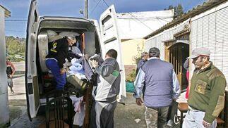Vecino recogen sus enseres para abandonar su casa  Foto: Paco Periñan / Aguilar / Borja Benjumeda / Pascual/ JC Toro / Efe