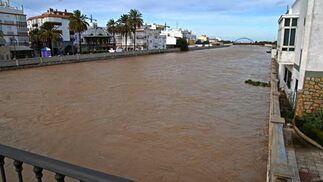 Puente sobre el río en el centro de Chiclana de la Frontera