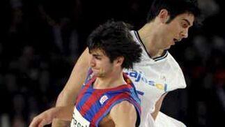 Rubio controla el balón ante Triguero.   Foto: EFE