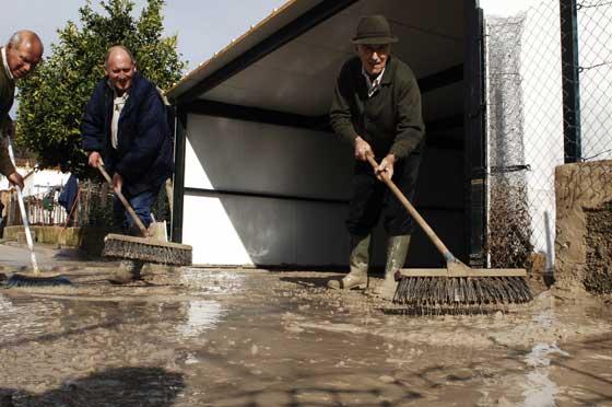 Vecinos de la barriada Junta de los Ríos en Arcos de la Frontera expulsando agua y lodo  Foto: Paco Periñan / Aguilar / Borja Benjumeda / Pascual/ JC Toro / Efe