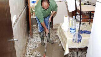 Vecinos de la barriada Junta de los Ríos en Arcos de la Frontera limpiando agua y lodo  Foto: Paco Periñan / Aguilar / Borja Benjumeda / Pascual/ JC Toro / Efe