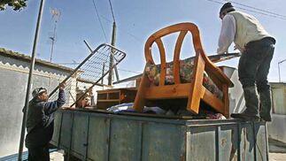Vecinos protegen parte de sus enseres  Foto: Paco Periñan / Aguilar / Borja Benjumeda / Pascual/ JC Toro / Efe