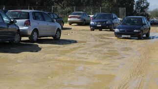 Las intensas lluvias han provocado la inundación de una zona cercana al bulevar que se usa como aparcamiento.  Foto: Belén Vargas