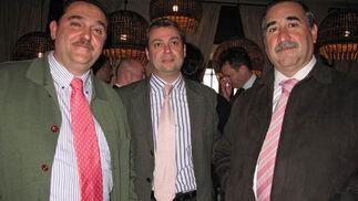 Ángel Mulero (Albariza-Coca Cola), con Pedro Medina y Manuel Alanís, de Rendelsur.  Foto: Victoria Ramírez