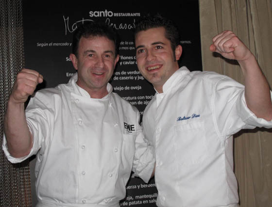Baltasar Díaz, jefe de cocina de Santo by Martín Berasategui, con el chef español más laureado (seis estrellas Michelín), Martín Berasategui.  Foto: Victoria Ramírez