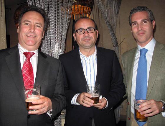 Juan Luis Mahugo (Aldima), Jesús Moreno (Estrella de Galicia) y el abogado Julio Retamero.  Foto: Victoria Ramírez