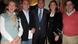 María del Mar Sánchez Estrella, Juan Bueno, Alicia Martínez y Gregorio Serrano, del PP en Sevilla, con José Luis Sánz, alcalde de Tomares (en el centro).  Foto: Victoria Ramírez