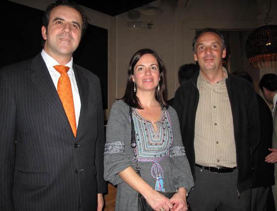 Agustín Gutiérrez, de Endesa; Dolores Serrano y Patxi Fernández Begoa, gerente de Delatierra.    Foto: Victoria Ramírez