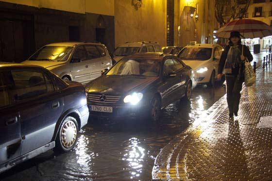 La lluvia provocó el caos circulatorio en el centro de la ciudad.  Foto: Victoria Hidalgo