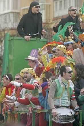 Pese a la predicciones meteorológicas, el buen tiempo reinó en el Domingo de Piñata, permitiendo que los coros recorrieran el centro junto a agrupaciones legales e ilegales  Foto: Jesus Marin