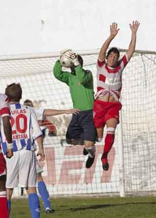 El portero del Águilas atrapa un balón  Foto: Pascu Méndez (LOF)