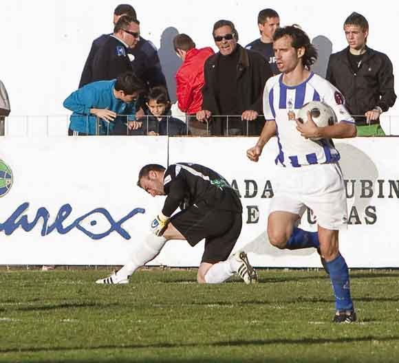 Un jugador del Águilas recoge el balón de las mallas tras recortar distancias en el marcador  Foto: Pascu Méndez (LOF)