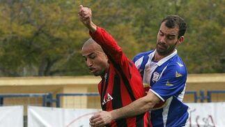 Bornes intenta robarle el balón a Chota.  Foto: Vanesa Lobo